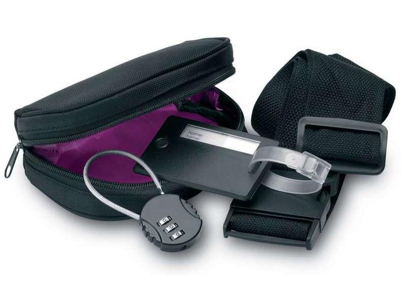 Reisset bestaande uit een bagagelabel, kofferriem