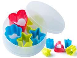 Plastic koekjes uitsnijvormen in ronde doos