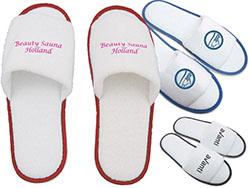Paar slippers open teen wit met gekleurde bies